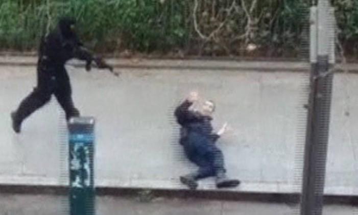 Pelo menos tres terroristas participaram do ataque à revista 'Charlie Hebdo', em Paris Foto: REUTERS TV / REUTERS