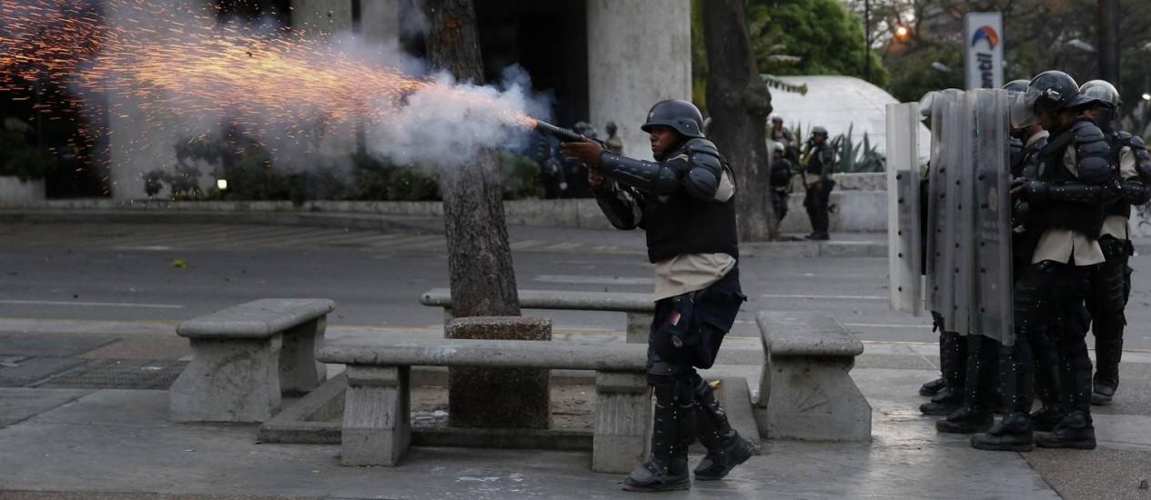 Guarda Bolivariana durante os protestos antigoverno na Paraça Altamira, em Caracas, em março de 2014. Órgão é apontado como principal responsável por agressões a jornalistas no país Foto: Carlos Garcia Rawlins / REUTERS