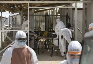 Agentes da saúde recebem novo paciente infectado pelo Ebola, num centro de tratamento perto de Freetown, em Serra Leoa, em dezembro Foto: REUTERS