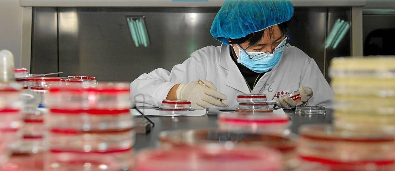 Cientista testa amostra de um laboratório do Jinan Central Hospital, na China, que monitora bactérias super-resistentes Foto: Latinstock / Guo Xulei