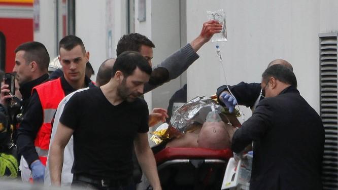 Massacre. Um dos feridos é levado numa ambulância após o ataque a tiros no semanário satírico francês 'Charlie Hebdo', que deixou 12 mortos e pelo menos 11 feridos: o presidente Hollande decretou dia de hoje como luto nacional Foto: Thibault Camus/AP