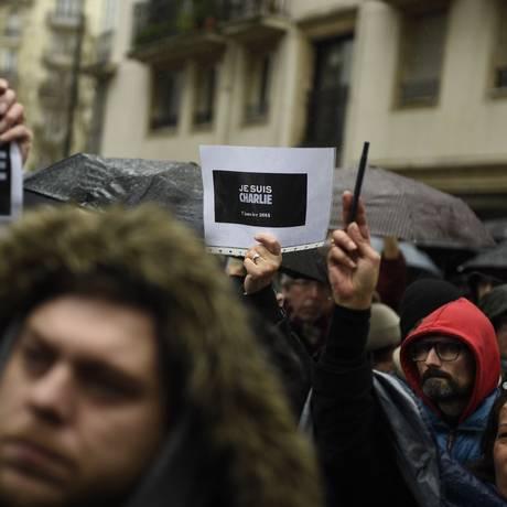 Franceses fazem vigília em frente à sede do 'Charlie Hebdo' Foto: MARTIN BUREAU / AFP