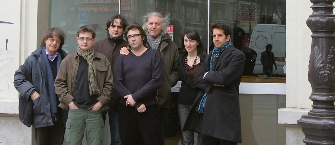Equipe do 'Charlie Hebdo', com Cabu (esquerda), Charb (seg. esquerda), Tignous (quarto esq.) e Honoré (quinto esq.), em frente ao semanário Foto: JOEL SAGET / AFP