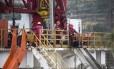 Operários trabalham em exploração de gás não convencional na China: produção de novas fontes está ameaçada com a queda dos preços