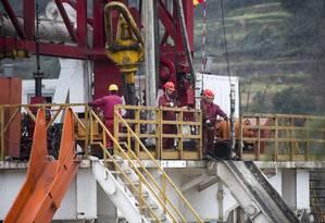 Operários trabalham em exploração de gás não convencional na China: produção de novas fontes está ameaçada com a queda dos preços Foto: JONAH M. KESSEL / NYT/26-2-2014
