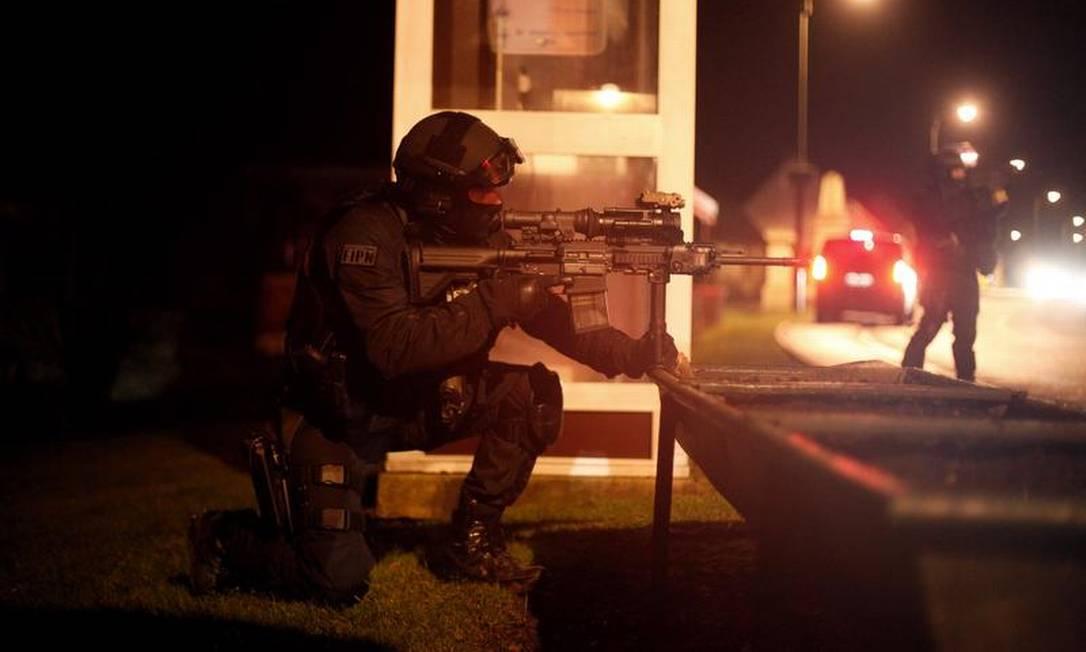 Policial em operação no Norte de Paris Foto: Thibault Camus/AP