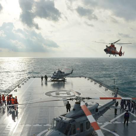 Helicópero de busca e resgate se prepara para pousar no navio KRI Banda Aceh Foto: ADEK BERRY / AFP