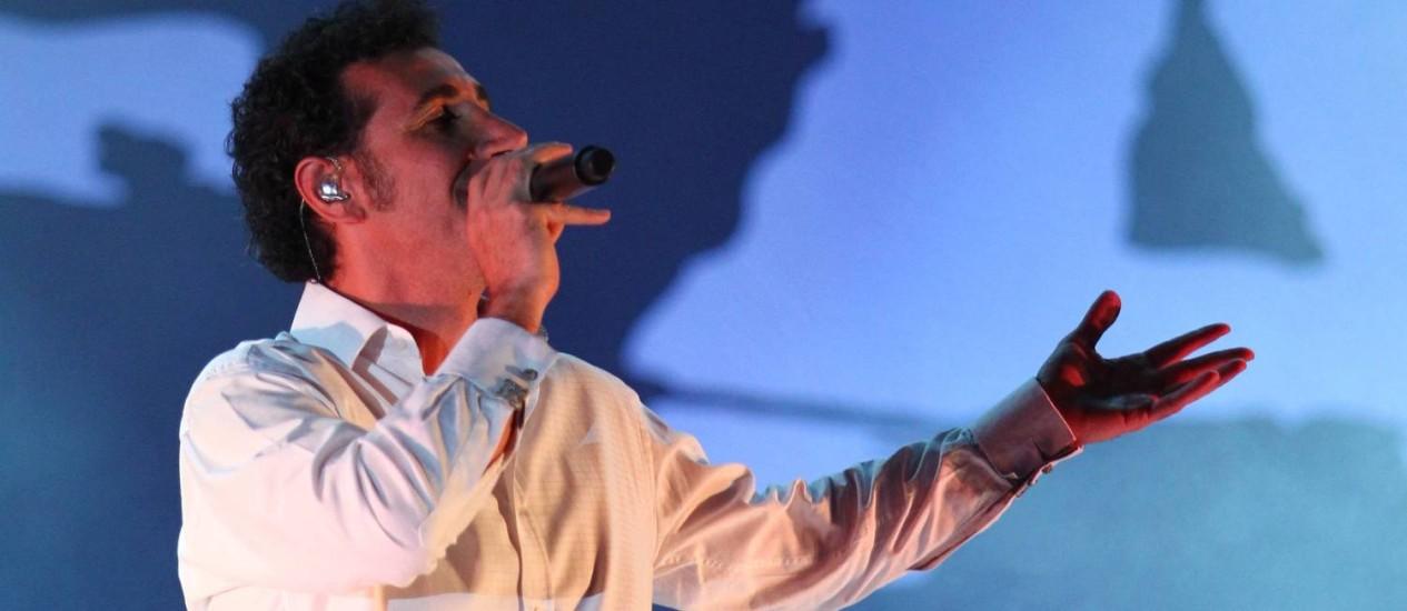Serj Tankian (em imagem do show no Rock in Rio, em 2011) diz que banda se reunirá depois de abril para avaliar músicas novas. Foto: Ivo Gonzalez/02-10-2011