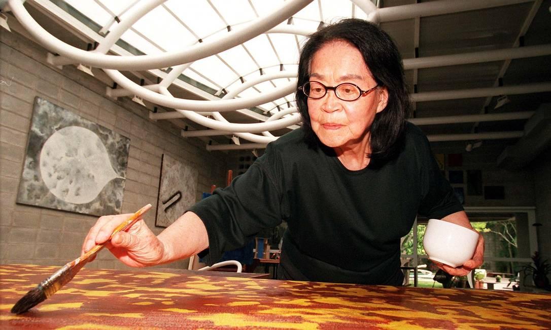 A artista plástica Tomie Ohtake em ação Foto: Luiz Carlos Santos / Agência O Globo