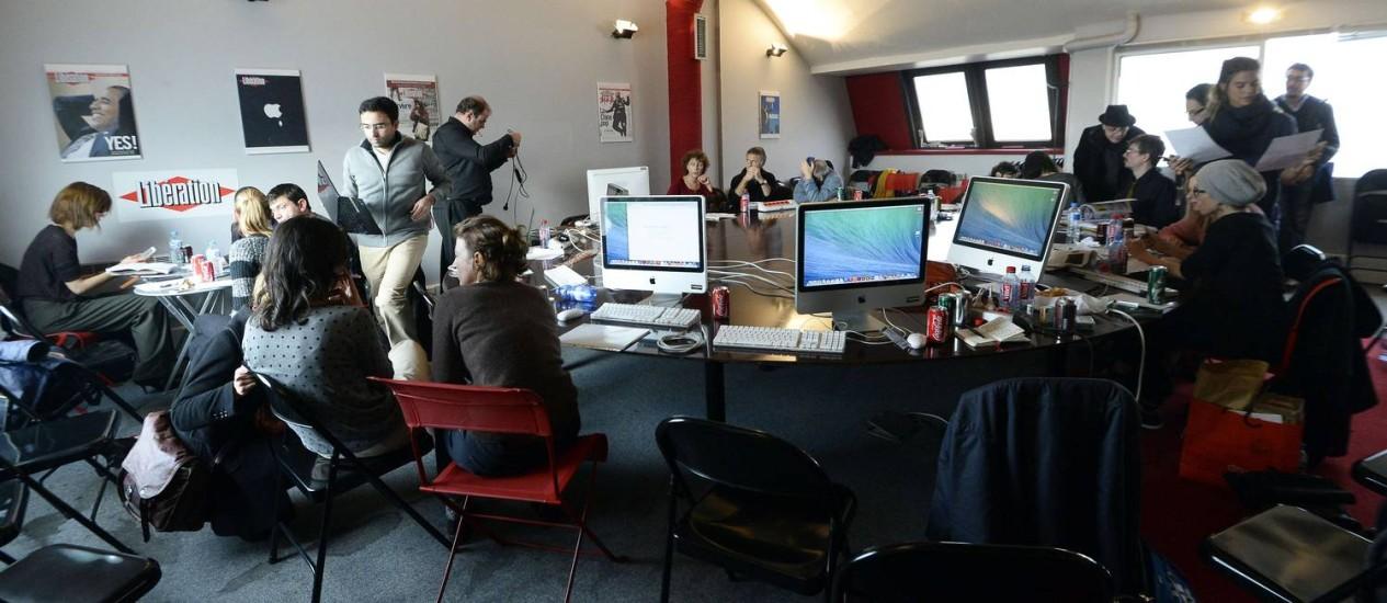Equipes do 'Charlie Hebdo' e do 'Libération' juntas na redação do jornal Foto: BERTRAND GUAY / AFP