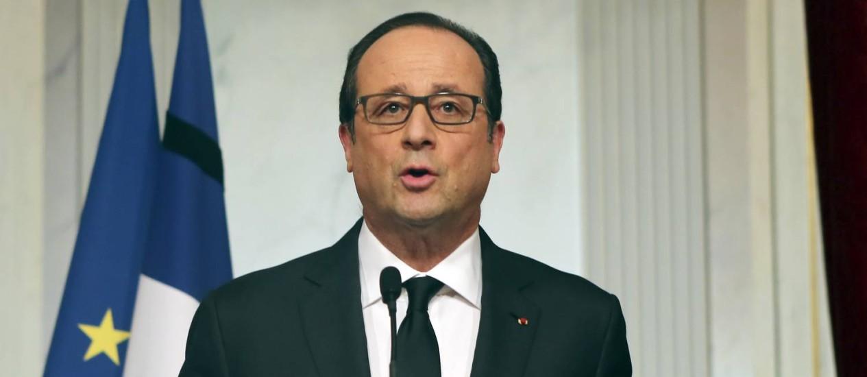 """François Hollande durante discurso no Palácio do Eliseu, nesta sexta-feira. Presidente conclamou franceses a """"se levantarem em nome da democracia"""" Foto: Remy de la Mauviniere / AP"""