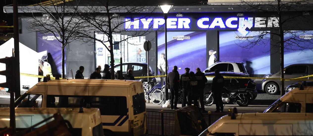 """Mercado judaico Hyper Cacher, onde Amedy Coulibaly manteve reféns nesta sexta-feira. Sequestrador disse atuar em nome do Estado Islâmico e afirmou ter """"sincronizado"""" atos com os irmãos Kouachi Foto: ERIC FEFERBERG / AFP"""