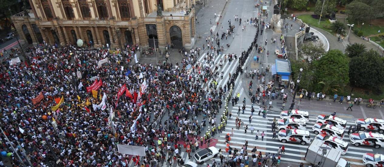 Ato contra aumento de tarifas em São Paulo teve a concentração em frente ao Teatro Municipal, no centro Foto: Fernando Donasci / Agência O Globo