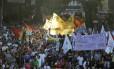 Manifestantes tomam vias do Centro em ato contra aumento de passagens