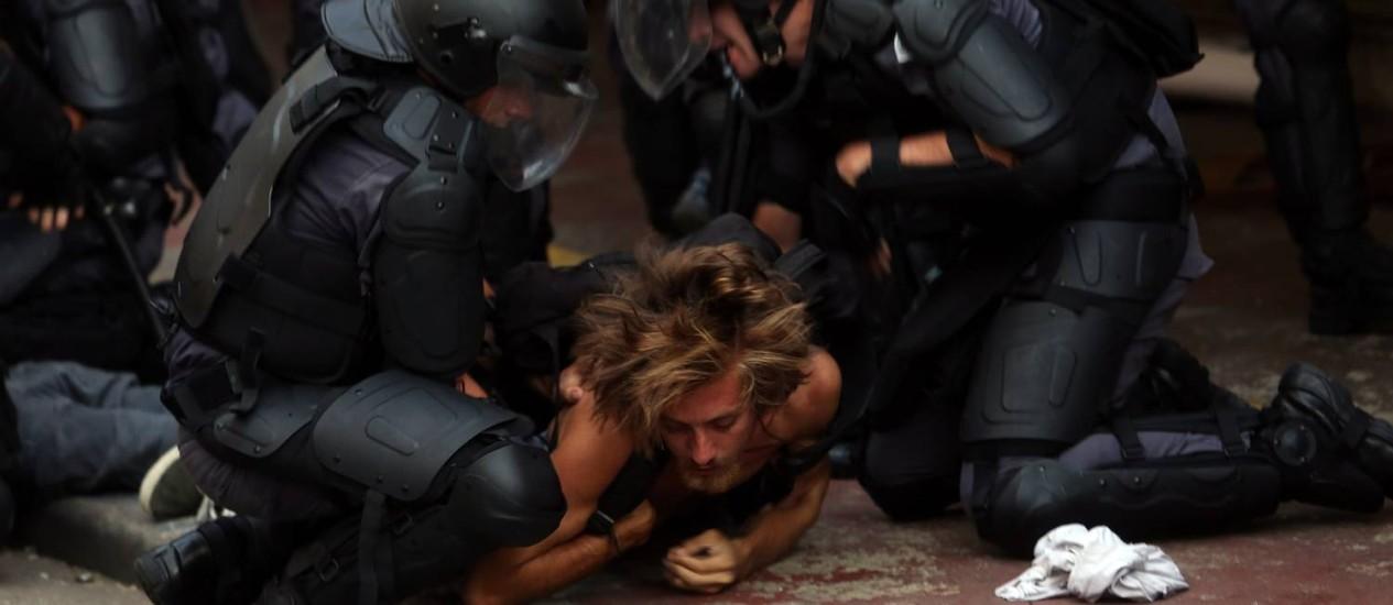 Diversos manifestantes foram detidos pela PM na região da Rua da Consolação Foto: Fernando Donasci / Agência O Globo