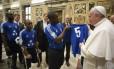 No Vaticano, Papa Francisco recebe camisa de futebol de haitiano que sobreviveu a terremoto de 2010 no Haiti