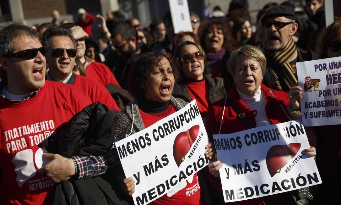 Manifestantes durante o ato que pediu melhoria no tratamento da hepatite C Foto: Daniel Ochoa de Olza / AP