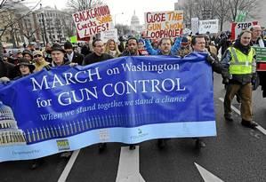 Marcha em Washington pede que controles mais eficazes substituam noção de que autodefesa é solução Foto: Zhang Jun/Xinhua Press / Zhang Jun/Xinhua/26-1-2013