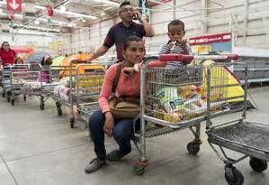 Venezuelanos fazem fila em supermercado de Caracas: escassez piorou devido à demora na reposição de produtos durante as festas de fim de ano Foto: JORGE SILVA / Jorge Silva/Reuters/9-1-2015