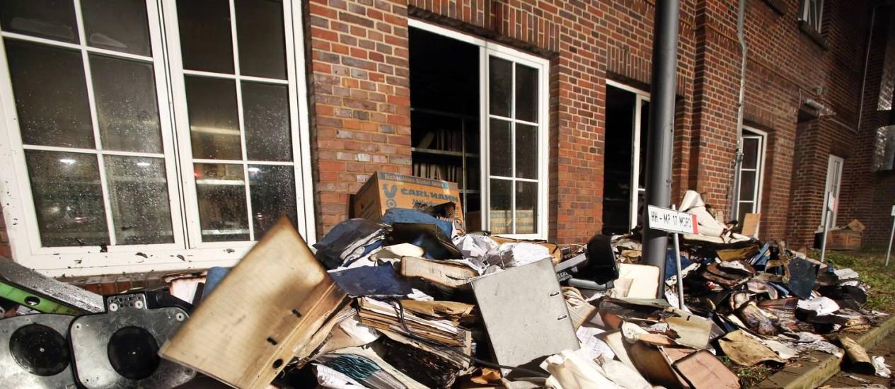 """Arquivos queimados e danificados são retirados do prédio do jornal alemão """"Hamburger Morgenpost"""", um dos muitos do país que republicaram as charges do semanário francês """"Charlie Hebdo"""" nos últimos dias Foto: AFP/BODO MARKS"""