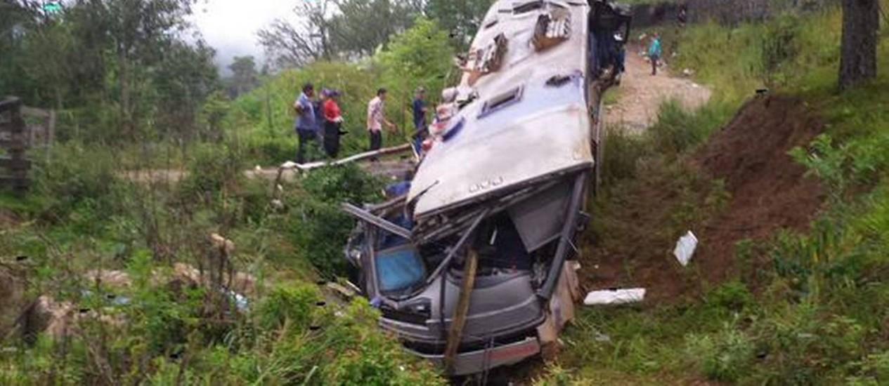 Ônibus de turismo ia de Passo Fundo (RS) para Florianópolis quando caiu em ribanceira Foto: Batalhão de Operações Aéreas/DIVULGAÇÃO