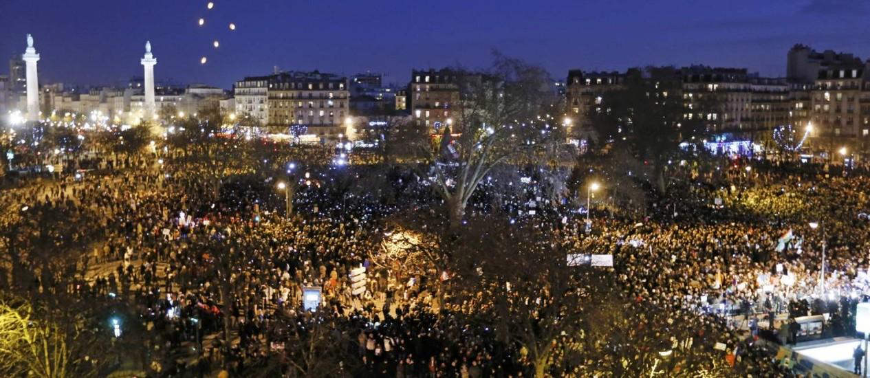 A população reunida na Praça da República, em Paris, no cair da noite Foto: GONZALO FUENTES / REUTERS