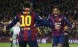 Neymar comemora com Messi o primeiro gol do Barcelona sobre o Atlético de Madrid