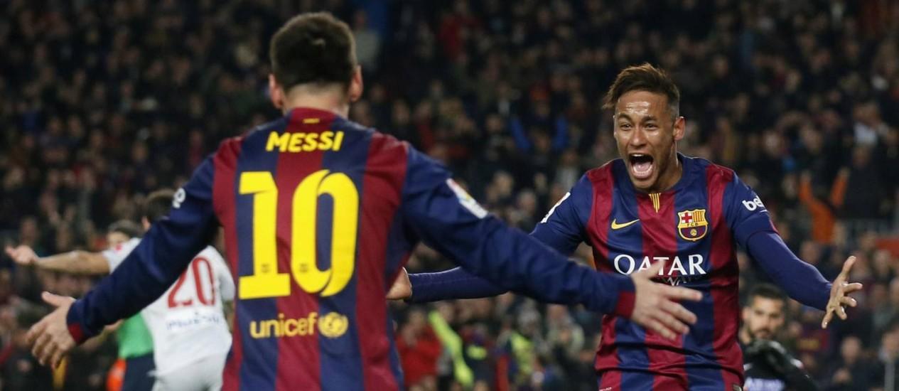 Neymar comemora com Messi o primeiro gol do Barcelona sobre o Atlético de Madrid Foto: ALBERT GEA / REUTERS