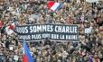 """Manifestantes carregam faixa com dizeres """"Nós somos Charlie — O amor é mais forte do que o ódio"""", durante marcha que reuniu mais de 1,5 milhão de pessoas em Paris. Em todo o país, foram mais de quatro milhões"""