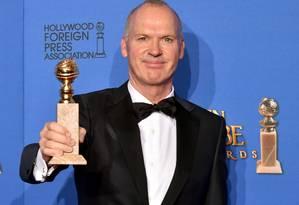 Michael Keaton posa com o prêmio de melhor ator em filme de comédia ou musical por