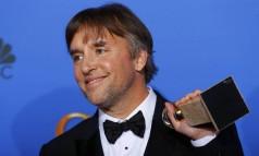 """O diretor Richard Linklater posa com o prêmio de melhor filme de drama para """"Boyhood"""" Foto: MIKE BLAKE / REUTERS"""