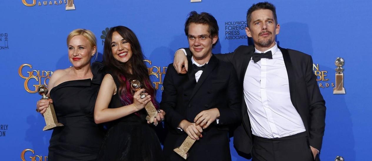 O elenco de 'Boyhood': Patricia Arquette, Lorelei Linklater, Ellar Coltrane e Ethan Hawke comemora o prêmio no Globo de Ouro Foto: MIKE BLAKE / REUTERS