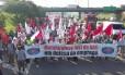 Metalúrgicos em manifestação na rodovia Anchieta: ato contra demissões nas montadoras
