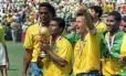 Romário com a taça de campeão do mundo em 1994. Ele foi o último jogador eleito o melhor do mundo e da Copa