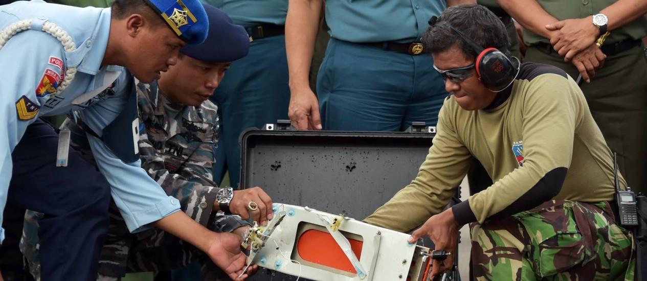Autoridades indonésias retiram caixa-preta de seu compartimento: fase de buscas se aproxima de grandes avanços Foto: Adek Berry / REUTERS