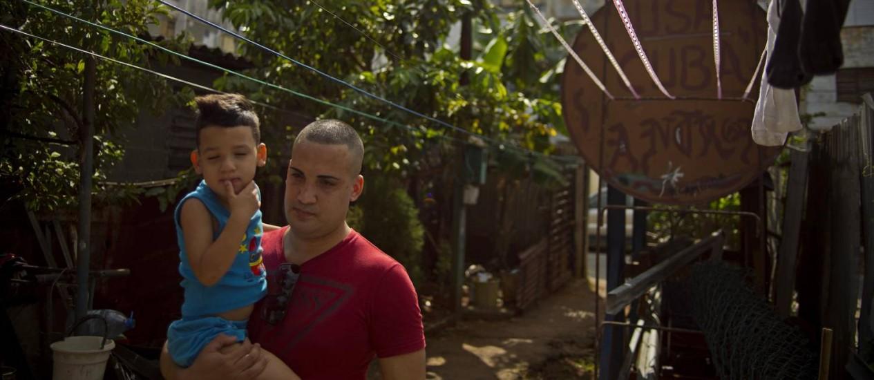 O dissidente Miguel Alberto Ulloa se reúne com seu filho após ser libertado por Cuba: outros 52 presos políticos foram libertados nas últimas semanas Foto: Ramon Espinosa / AP