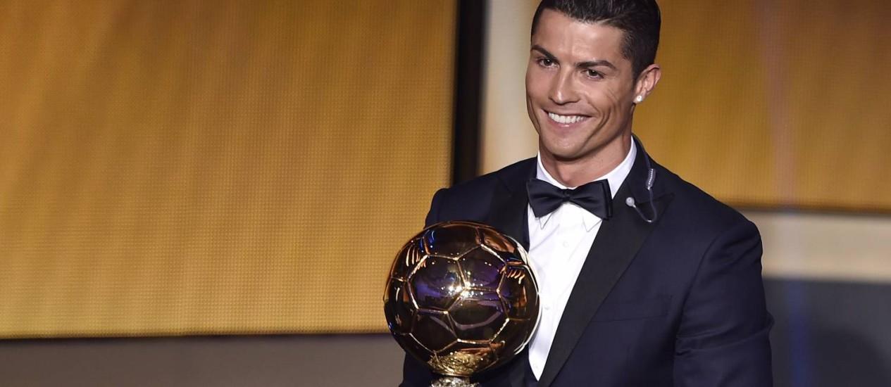Cristiano Ronaldo com a terceira Bola de Ouro de sua carreira Foto: FABRICE COFFRINI / AFP