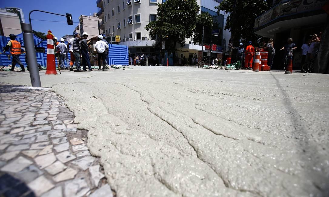 Material parecido com cimento cobre esquina da Farme de Amoedo com Barão da Torre Alexandre Cassiano / Agência O Globo