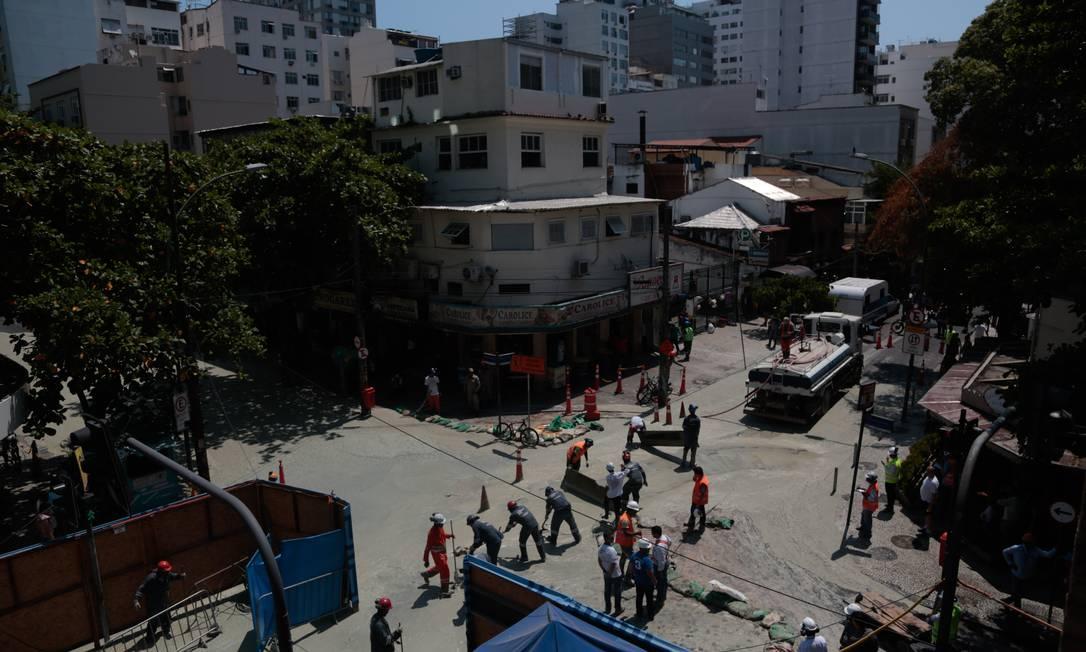 Lama tomou o cruzamento entre as ruas, interrompendo trânsito Pedro Kirilos / Agência O Globo