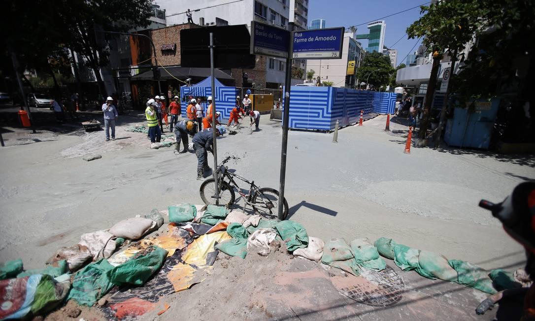 Equipes colocaram lonas e sacos para evitar o avanço do material Alexandre Cassiano / Agência O Globo