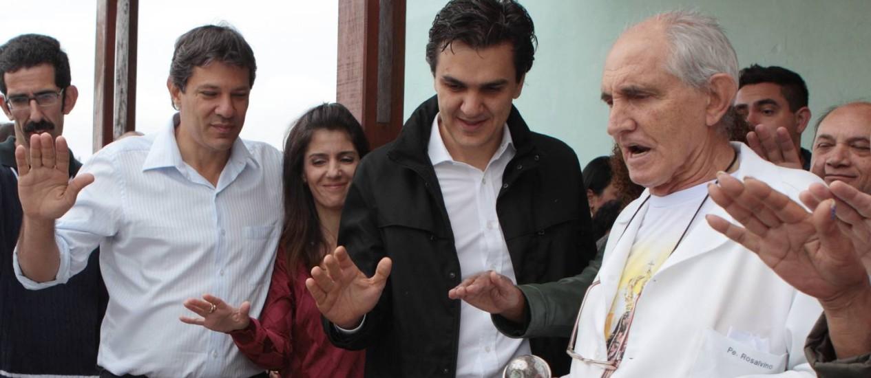 O candidato então à prefeitura de São Paulo, Fernando Haddad, durante uma missa ao lado do deputado federal Gabriel Chalita, em Itaquera, na campanha de 2012 Foto: Michel filho/12-10-2012 / Agência O Globo