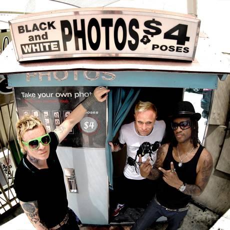 Liam Howlett (à esquerda), Keith Flynt e Maxim Reality: o Prodigy em 2009 Foto: Agência O Globo