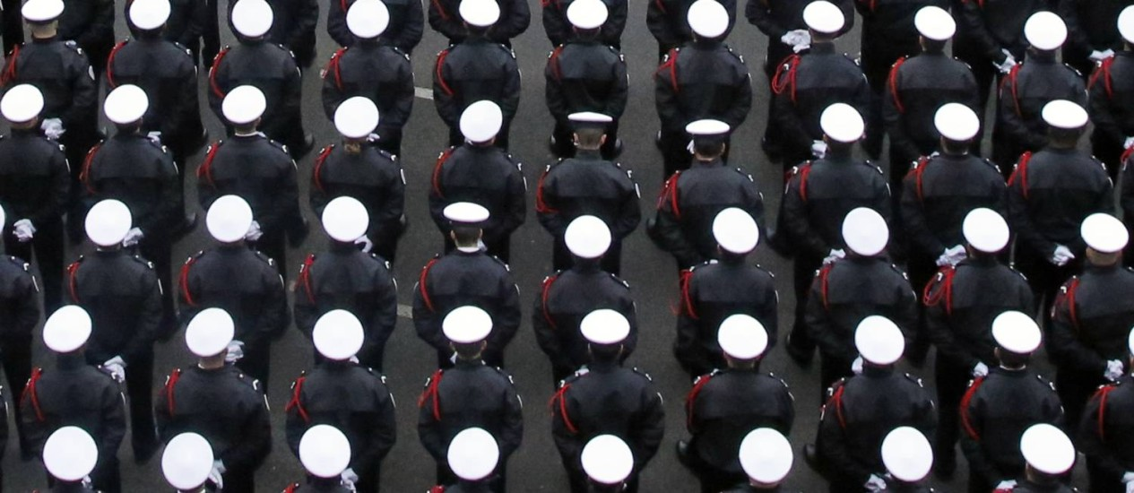 Policiais acompanham cerimônia com François Hollande Foto: Francois Mori / AP