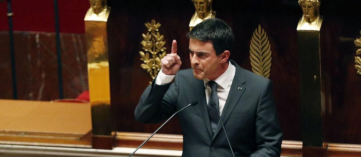 """Manuel Valls. primeiro-ministro francês foi ovacionado na Assembleia Nacional ao defender combate mais duro ao terrorismo, e afirmar que a França """"está em guerra contra o islamismo radical"""" Foto: FRANCOIS GUILLOT / AFP"""