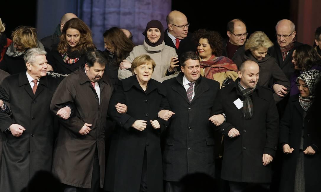 Angela Merkel (centro, na fileira de baixo). Chanceler alemã participou de ato organizado pelo Conselho alemão de muçulmanos e prometeu combater a xenofobia no país Foto: Michael Sohn / AP