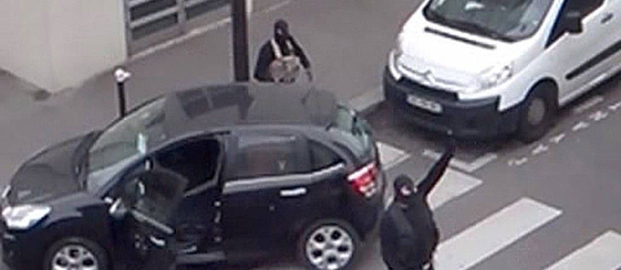 """Atiradores segundos após ataque à redação do """"Charlie Hebdo"""", em Paris Foto: REUTERS TV / Reuters"""