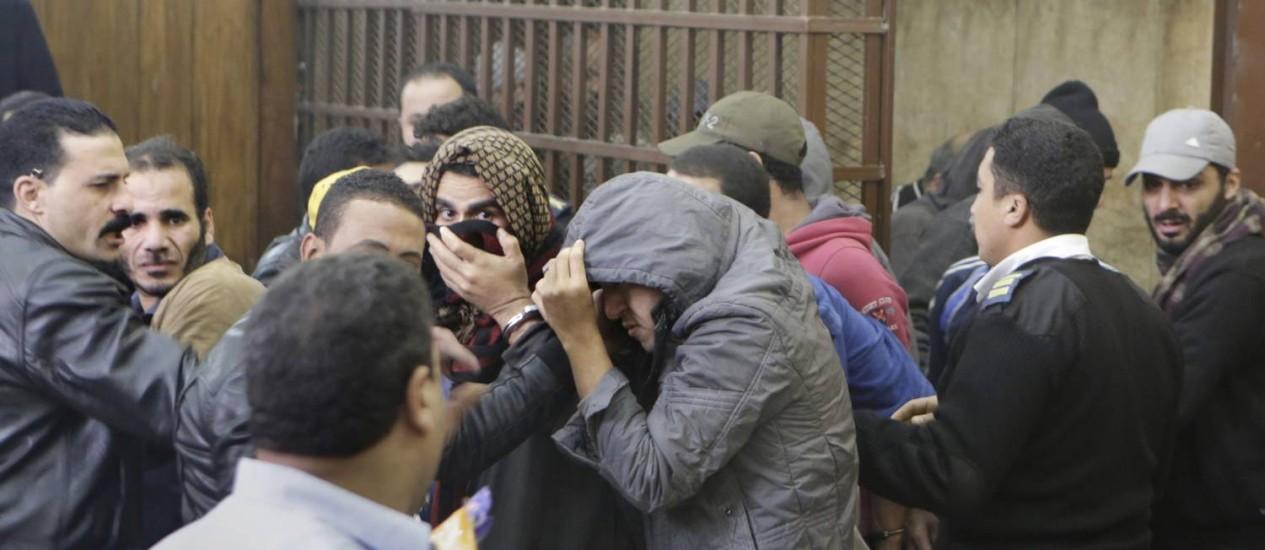 Os réus acusados de serem gays, no tribunal Foto: Amr Nabil / AP