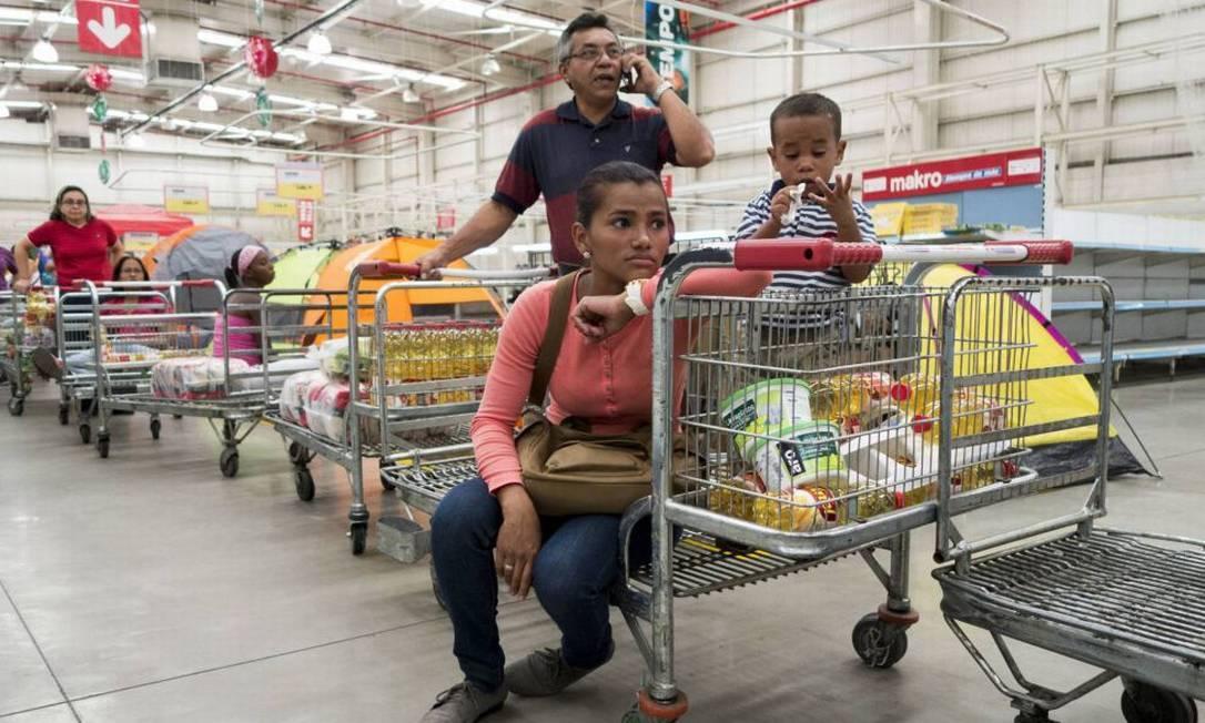 Fila em um supermercado em Caracas Foto: / Reuters