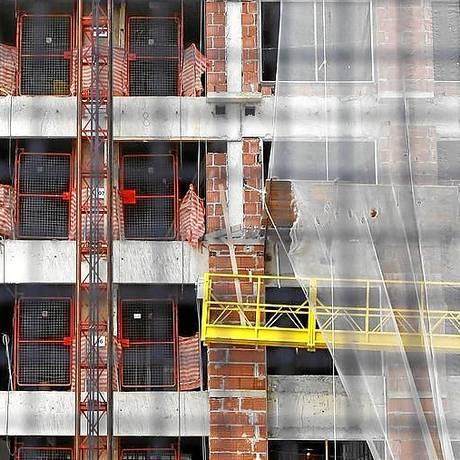 Prédio em construção na Barra, no Rio: juros maiores Foto: Custódio Coimbra / Custodio Coimbra