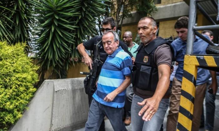 Nestor Cerveró é cercado por agentes da Polícia Federal após fazer exame de corpo e delito no IML. Foto de 14/01/2015 Foto: Geraldo Bubniak / AGB